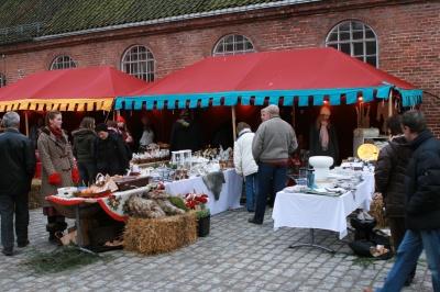 Markedsplass i Fredrikstad, med utsalg og telt.
