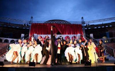 Alle deltagerne på scenen under operetten «Flaggermusen».